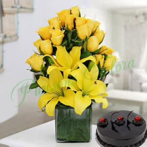Sunshine Vase Arrangement With Cake - Wedding Anniversary Bouquet with Cake Delivery